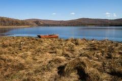 Boot in het meer stock foto's