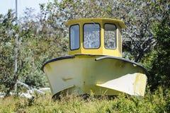 Boot in het onkruid Stock Foto