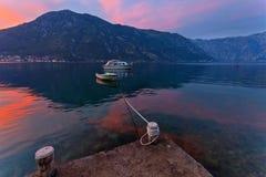 Boot in het overzees bij zonsondergang Royalty-vrije Stock Foto's