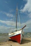 Boot in het strand royalty-vrije stock foto's