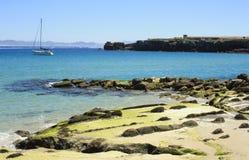 Boot in het strand van tarifa, Cádiz Royalty-vrije Stock Foto's