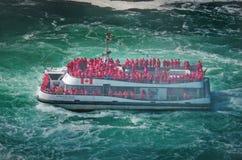 Boot Hornblower met toeristen bij de bodem van Hoefijzerwaterval Royalty-vrije Stock Afbeeldingen