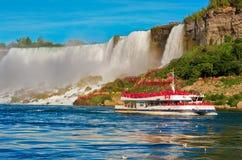 Boot Hornblower met toeristen tegen Amerikaanse waterval stock afbeeldingen