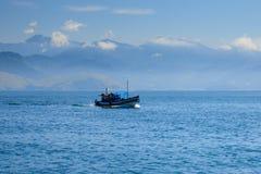 Boot im Atlantik stockfotografie