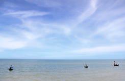 Boot im blauen Meer Lizenzfreie Stockbilder