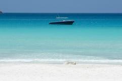 Boot im blauen Ozean Lizenzfreies Stockbild