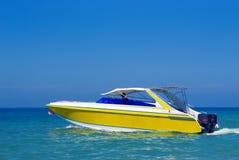 Boot im blauen Wasser Lizenzfreie Stockfotografie