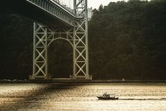 Boot im Fluss Lizenzfreie Stockfotografie