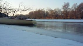 Boot im Fluss Lizenzfreie Stockfotos
