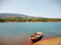Boot im Fluss stockfotos