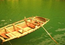 Boot im grünen Wasser Stockbild