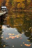 Boot im Hafen im Fall Stockfoto