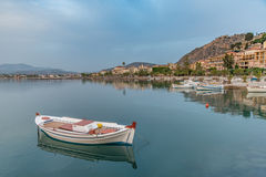 Boot im Hafen von Nafplio stockfotografie