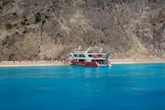 Boot im klaren blauen Wasser in Lefkas-Insel, Griechenland -6 Lizenzfreie Stockfotos