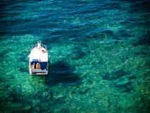 Boot im klaren Wasser Stockfotos