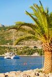 Boot im Meer nahe dem felsigen Ufer Dubrovnik, Kroatien Lizenzfreie Stockfotos