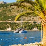 Boot im Meer nahe dem felsigen Ufer Dubrovnik, Kroatien Lizenzfreie Stockfotografie
