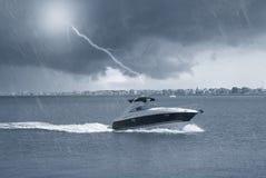 Boot im Meer unter dem Regen Lizenzfreie Stockfotos