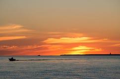 Boot im Meer wenn Sonnenuntergang lizenzfreie stockfotos