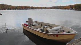 Boot im Ruhezustand im Wasser stock footage