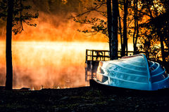Boot im Sonnenaufgang Lizenzfreie Stockfotos