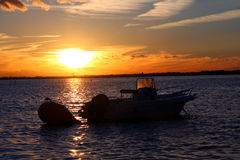 Boot im Sonnenuntergang Stockfotos