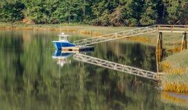 Boot im Wasser bei Pier Dock lizenzfreies stockbild