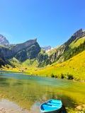 Boot im Wasser in den Schweizer Alpen lizenzfreies stockfoto