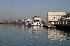 Boot in Jachthaven op manier aan Failaka-eiland stock fotografie