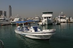 Boot in Jachthaven op manier aan Failaka-eiland royalty-vrije stock foto's