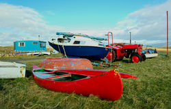 Boot, Kanu und Traktor stockfoto