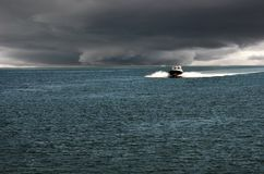 Boot kommt in den Hafen Stockfoto