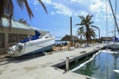 Boot an Land gewaschen bei Boca Chica Marina Key West Florida nach H stockfoto