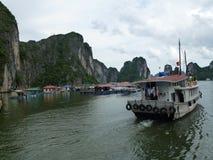 Boot an langer Bucht ha Stockfotografie