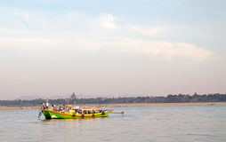 Boot langs de Irrawaddy-rivier in Bagan, Myanmar stock foto's