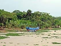 boot langs de waterwegen, Meghna River, Bangladesh stock afbeelding