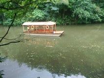 Boot laufen gelassen auf dem Wasser Stockfotografie
