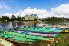 Boot in Liedrivier in Vang Vieng Stock Afbeeldingen