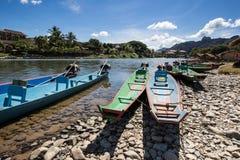 Boot in Liedrivier in Vang Vieng, Laos Stock Afbeelding