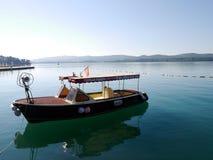 Boot machte auf einem ruhigen See in Tivat-Hafen in Montenegro fest lizenzfreie stockfotografie