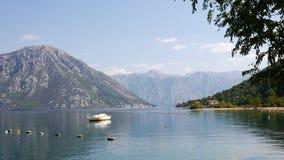 Boot machte in der Bucht von Kotor in Montenegro fest lizenzfreie stockfotos