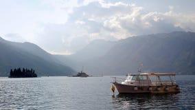 Boot machte in der Bucht von Kotor in Montenegro fest lizenzfreie stockfotografie