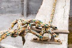 Boot machte im Hafen durch einen Seemann ` s Knoten fest Lizenzfreie Stockfotografie