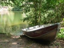 Boot in meer bij bos royalty-vrije stock fotografie