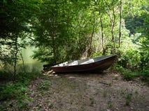 Boot in meer bij bos royalty-vrije stock afbeeldingen