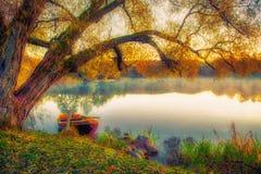 Boot in meer bij zonsopgang stock afbeelding