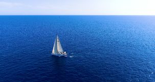 Boot in Meer in der Vogelperspektive lizenzfreies stockfoto