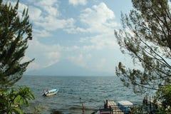 Boot in meer en vulkaan op achtergrond Stock Fotografie