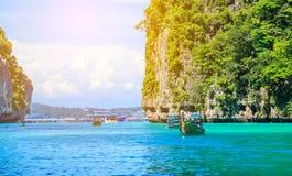 Boot in Meer Krabi Thailand MAYA Bay Phi Phi Islandss Andaman lizenzfreie stockbilder