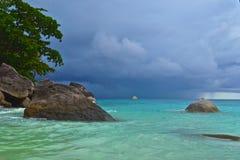 Boot in Meer vor dem Sturm stockfotos